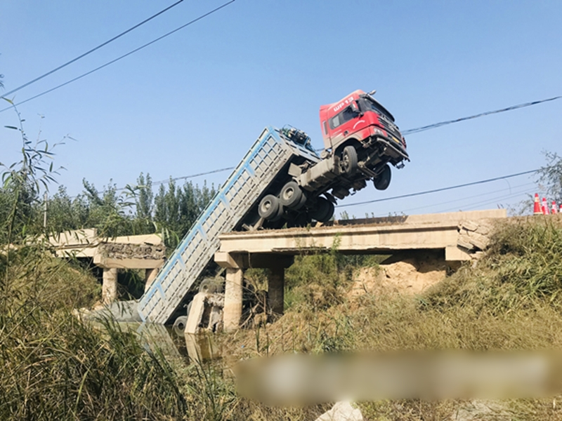 山東濱州一條寬4米左右的小橋被一輛運載熟料的大貨車壓塌。網圖