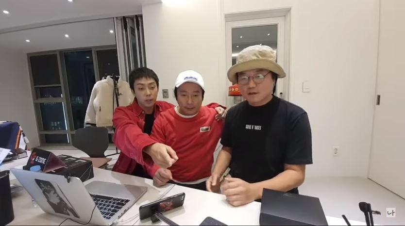 羅PD(右)跟殷志源和李秀根做直播,懇求網民停止訂閱他的網站。(截圖)