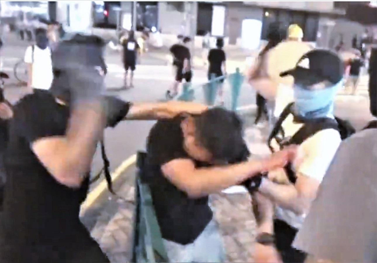 警員在將軍澳PopCorn商場附近被人圍毆受傷。