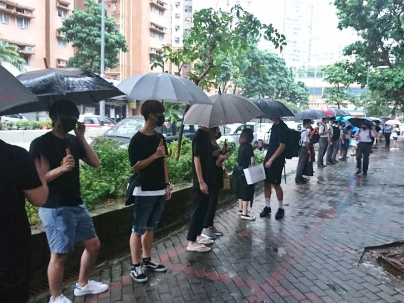 一批舊生及學生在門外築起人鏈。讀者提供