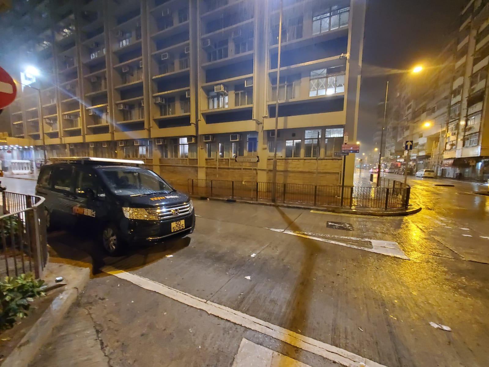 now新聞台採訪車泊於警署外。