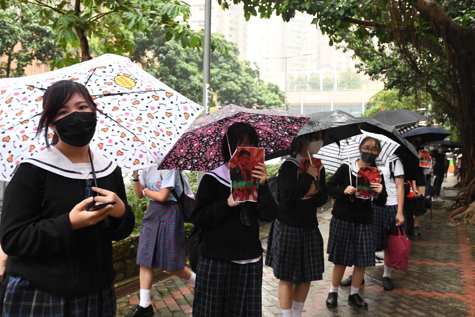 一批學生及舊生在門外築起人鏈。