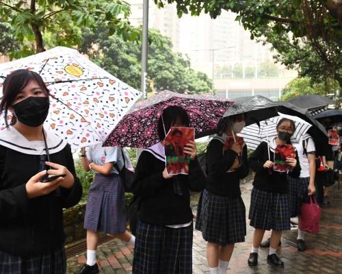 【修例風波】漢華中學逾百學生築人鏈 抗議校方禁戴口罩