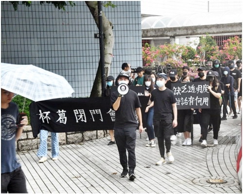 【修例風波】蒙面城大生校內遊行 促校長公開對話譴責警暴