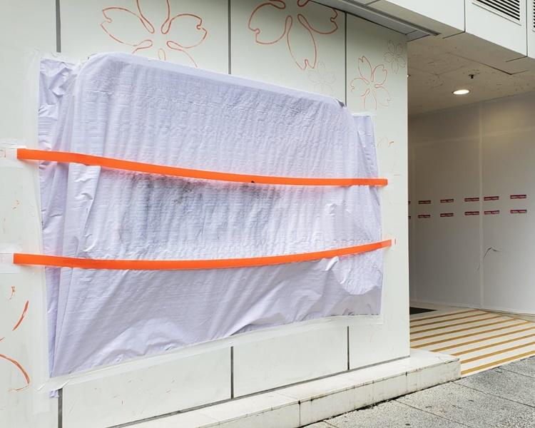 工人以膠紙封蓋損毀的玻璃窗。歐陽偉光攝