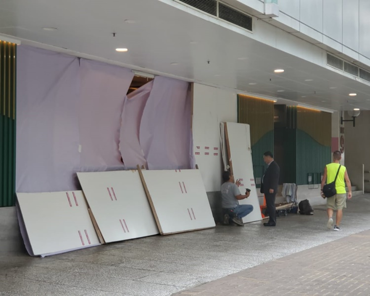 工人忙於為被破壞的商店圍上木板。歐陽偉光攝