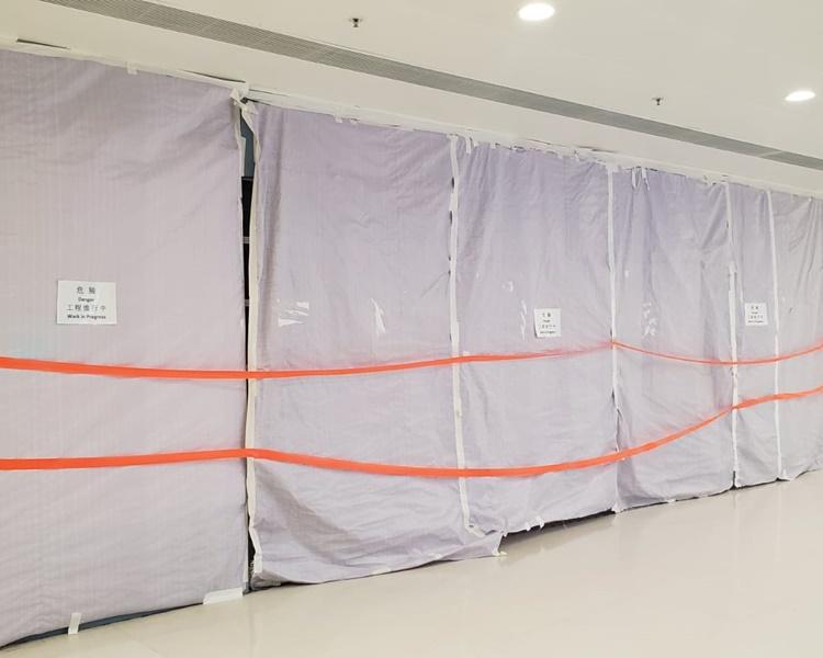 大埔超級城優品360被破壞以膠布圍封。歐陽偉光攝