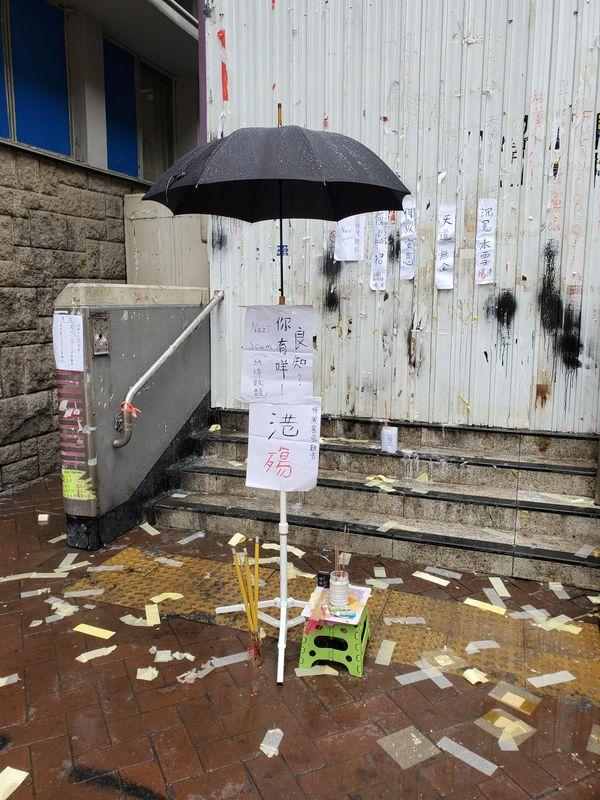 太子站旺角警署出口有人留下一把黑傘燃點香燭拜祭。梁國峰攝