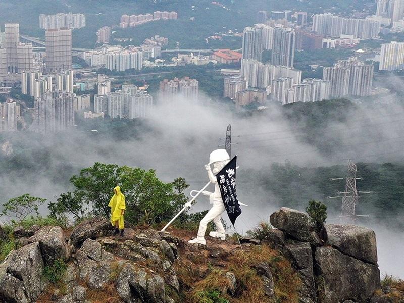 「香港民主女神像」被發現登上獅子山頂。 網圖