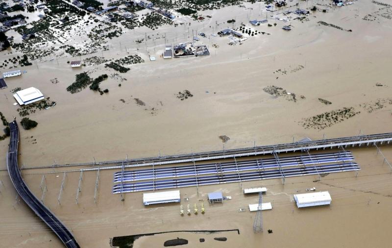 停放在JR長野新幹線車輛中心的北陸新幹線10個編組(列)成泡水車,損失慘重。AP