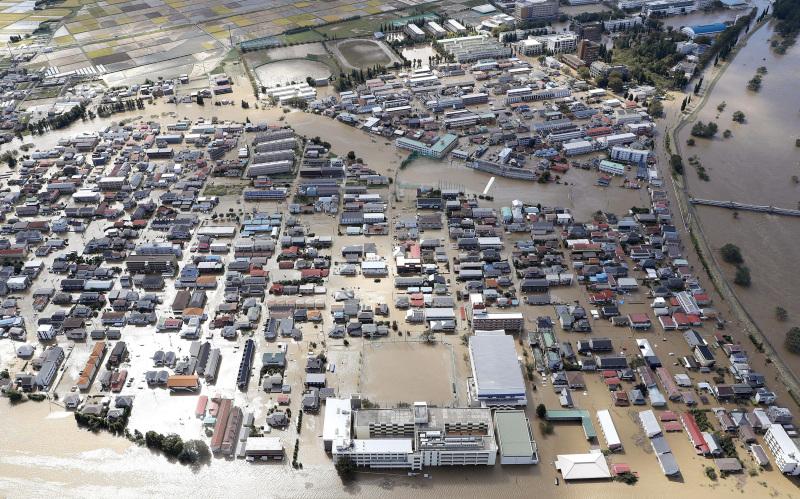 當局出動包括3.1萬自衛隊員在內逾11萬人,搜索受洪災圍困的居民。AP