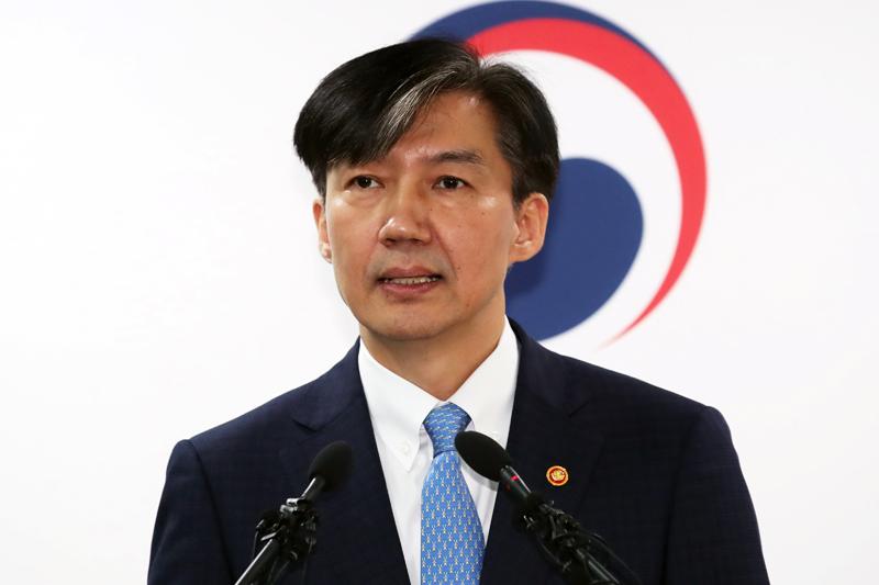 南韓法務部長曹國因家族醜聞纏身,宣布呈辭。AP