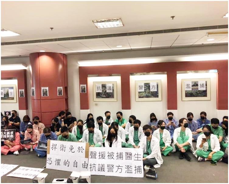 一批穿制服的醫護人員在大堂舉行靜坐聲援行動。fb香港大學學生會學苑即時新聞圖片