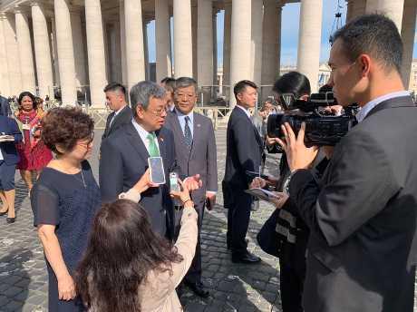 台灣副總統陳建仁(左二)接受媒體訪問時,談到典禮前獲教宗接見的情形。(中央社)