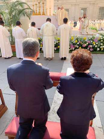 台灣副總統陳建仁(左)與夫人羅鳳蘋於10月13日出席英國紐曼樞機主教等五位天主教先人封聖大典。(中央社)