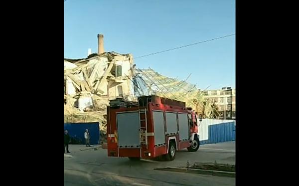 吉林一農村銀行辦公樓倒塌,消防員到場營救。網圖
