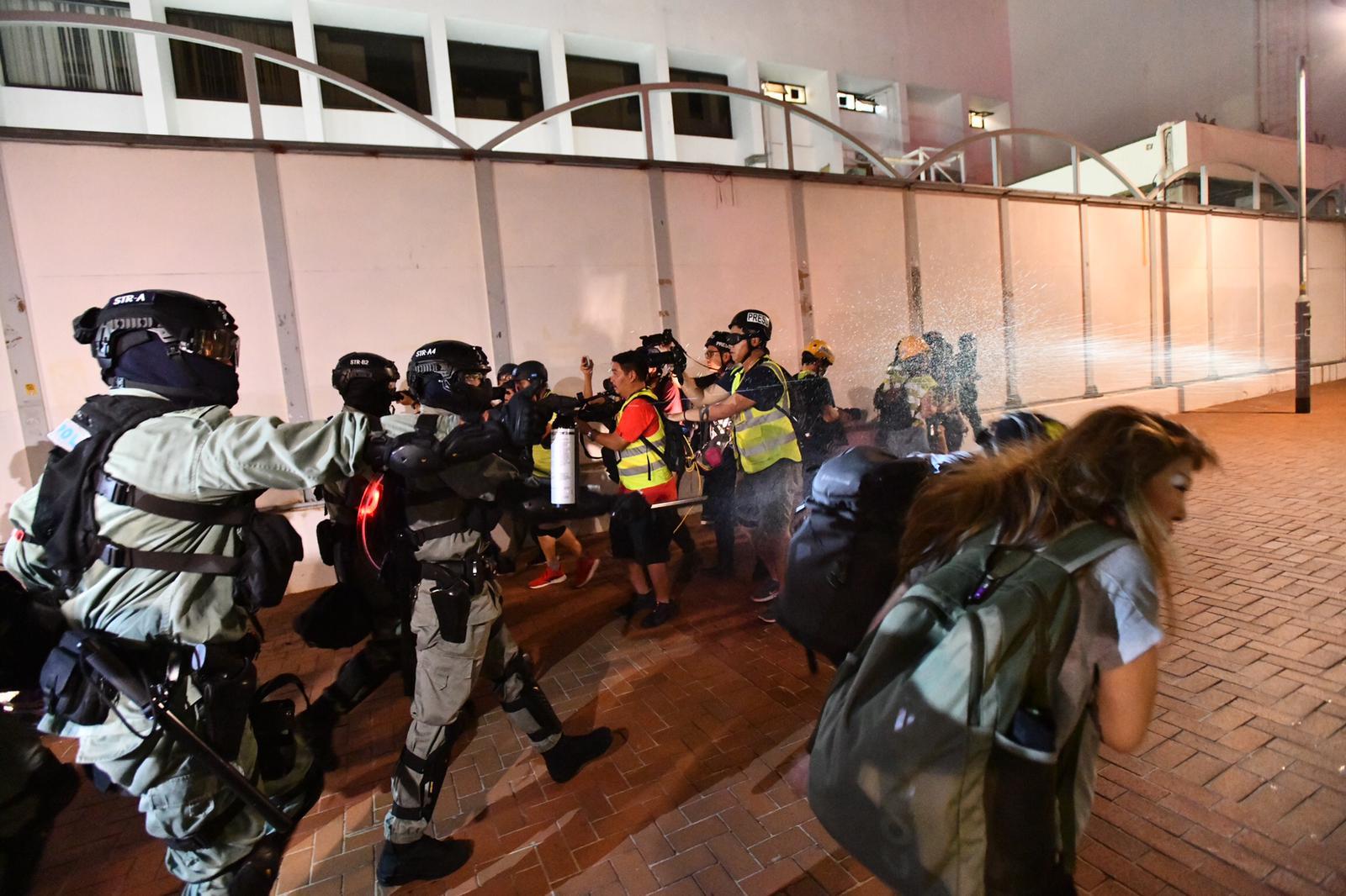 【修例風波】示威者中環聚集堵路 防暴警制服至少兩人