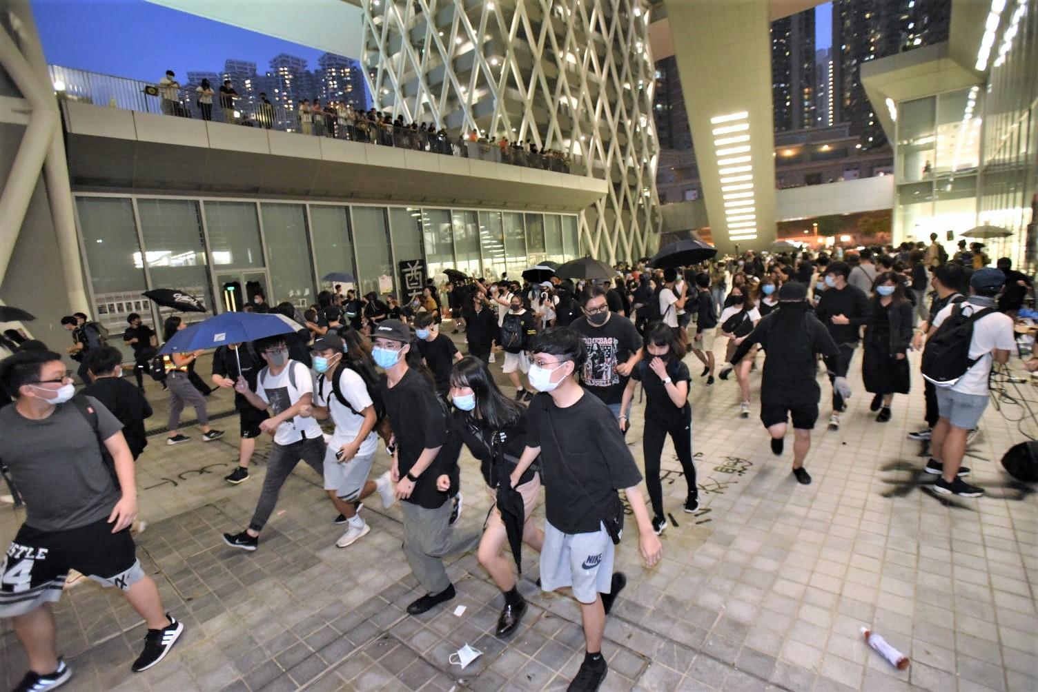 昨天大批黑衣人到調景嶺知專悼念陳彥霖。