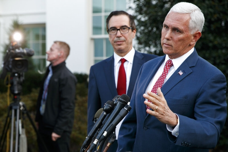 美國副總統彭斯(右)與財長努欽在白宮西翼外會見傳媒,公布制裁土耳其的內容。AP