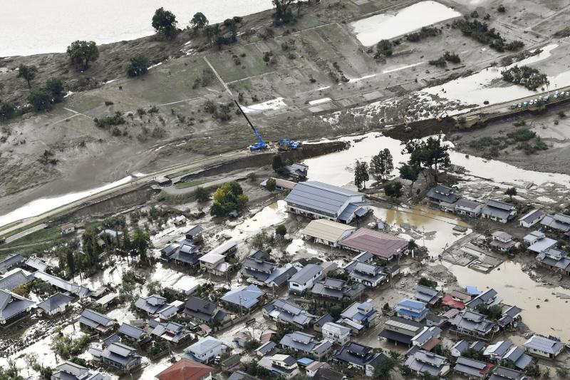 颱風海貝思侵襲日本,死亡人數上升至67人。不少河川潰堤,民眾面對遍布泥水面目全非的家園,感嘆災後情景如海嘯侵襲。AP