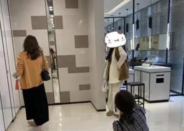 網紅霸佔商場廁所,拍照打卡。(網圖)