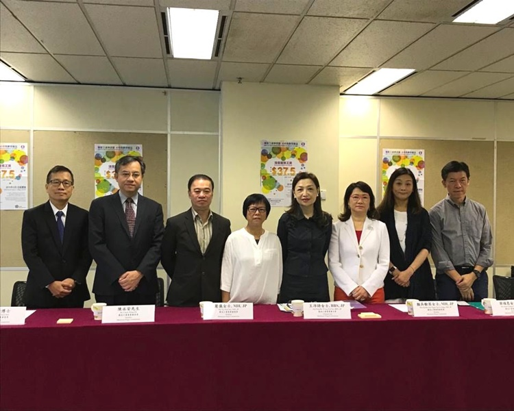 王沛詩(右4)指現時仍未知反修例運動對業界造成的影響。