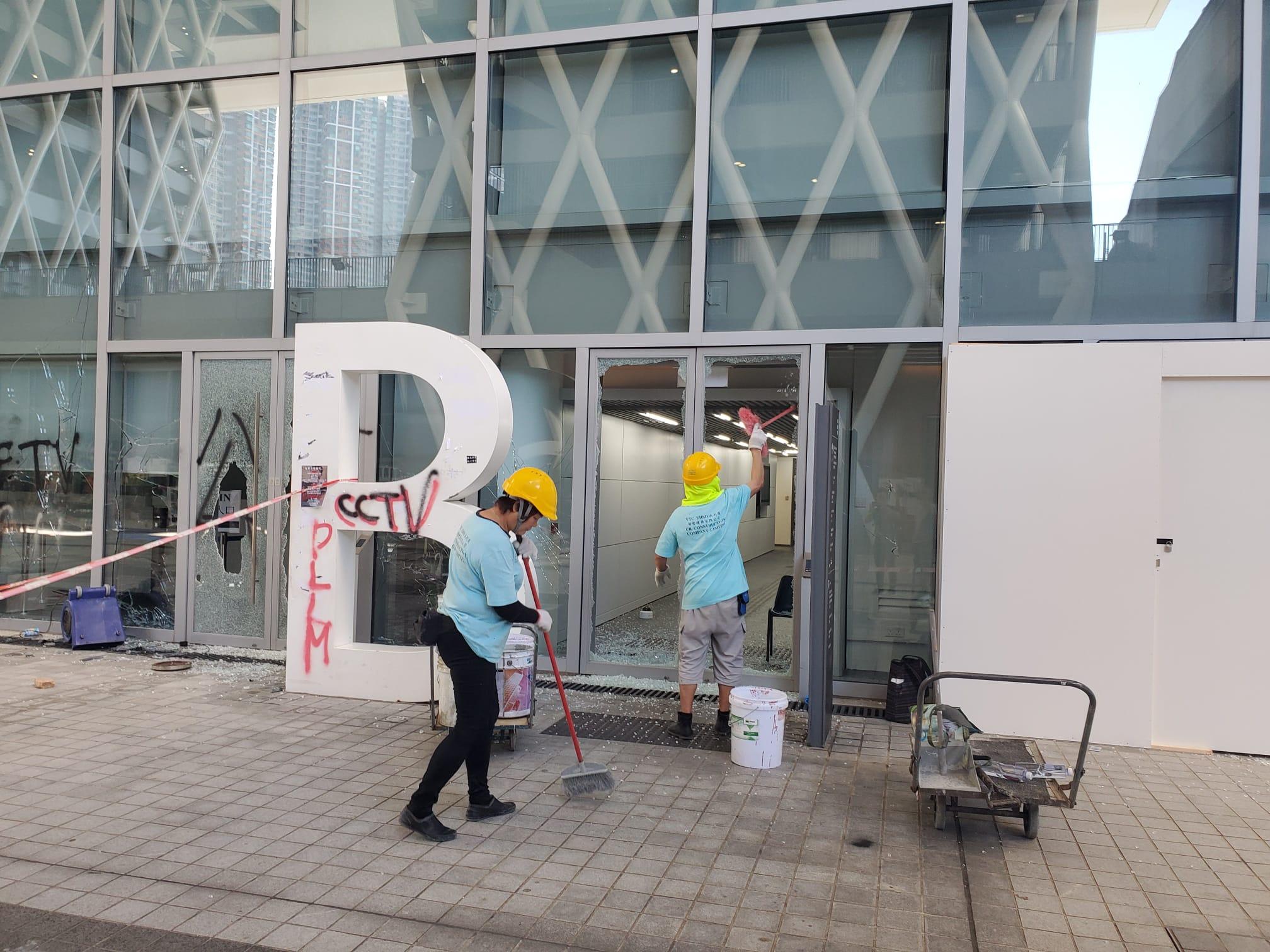 將軍澳知專設計學院校舍工人清理玻璃碎及損毀設施