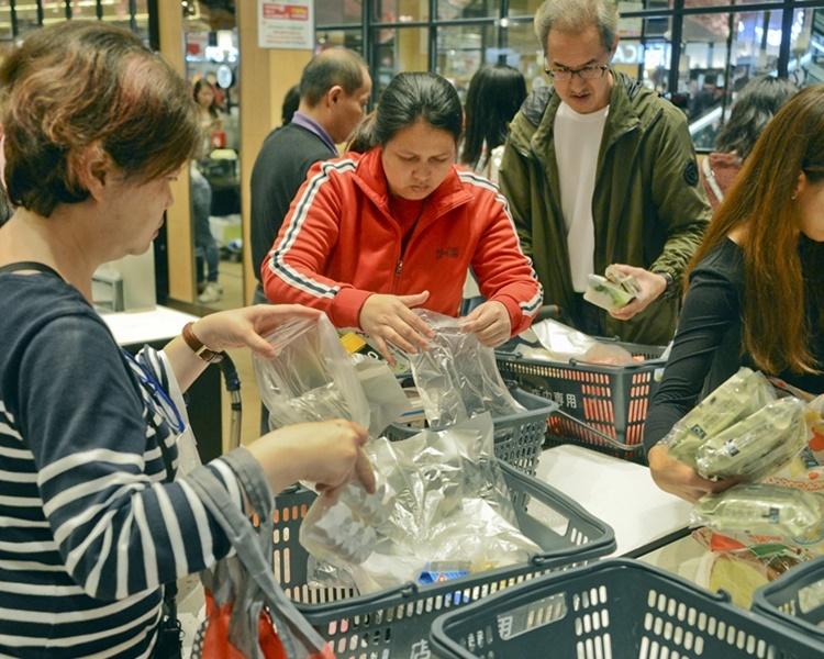 綠領行動指超市普遍違法和濫派平口袋情況嚴重。資料圖片