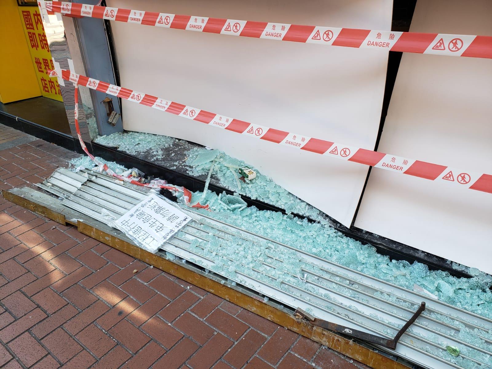 荃灣優品360玻璃櫥窗被人打爛。