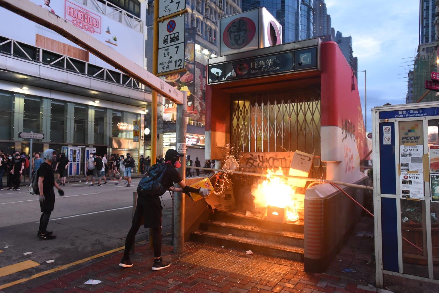 大批示威者連月縱火毀壞港鐵車站。資料圖片