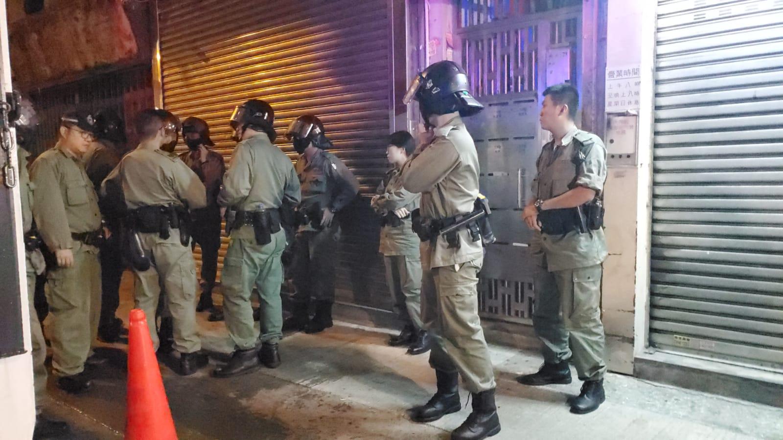 防暴警察到場。
