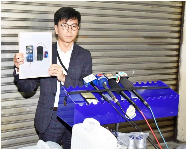 鄒旺忠展示懷疑電話爆炸裝置。
