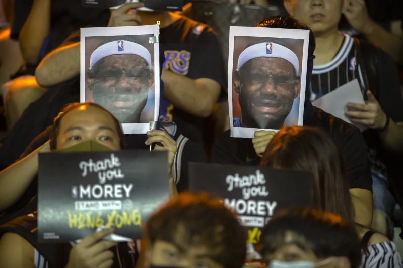 香港修頓球場昨晚的集會中,有人舉起抗議占士及支持莫雷的標語。AP