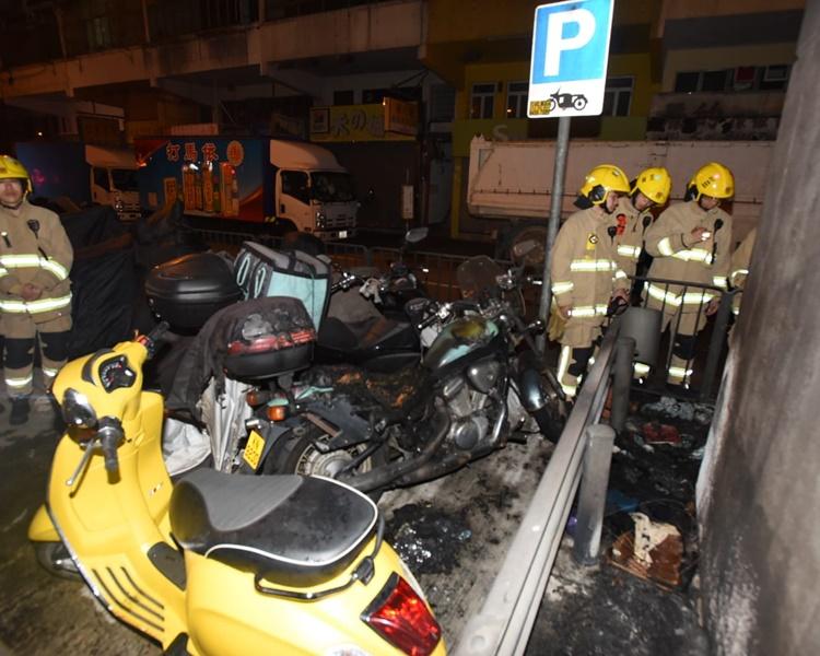兩輛電單車嚴重被焚毀。丁志雄攝