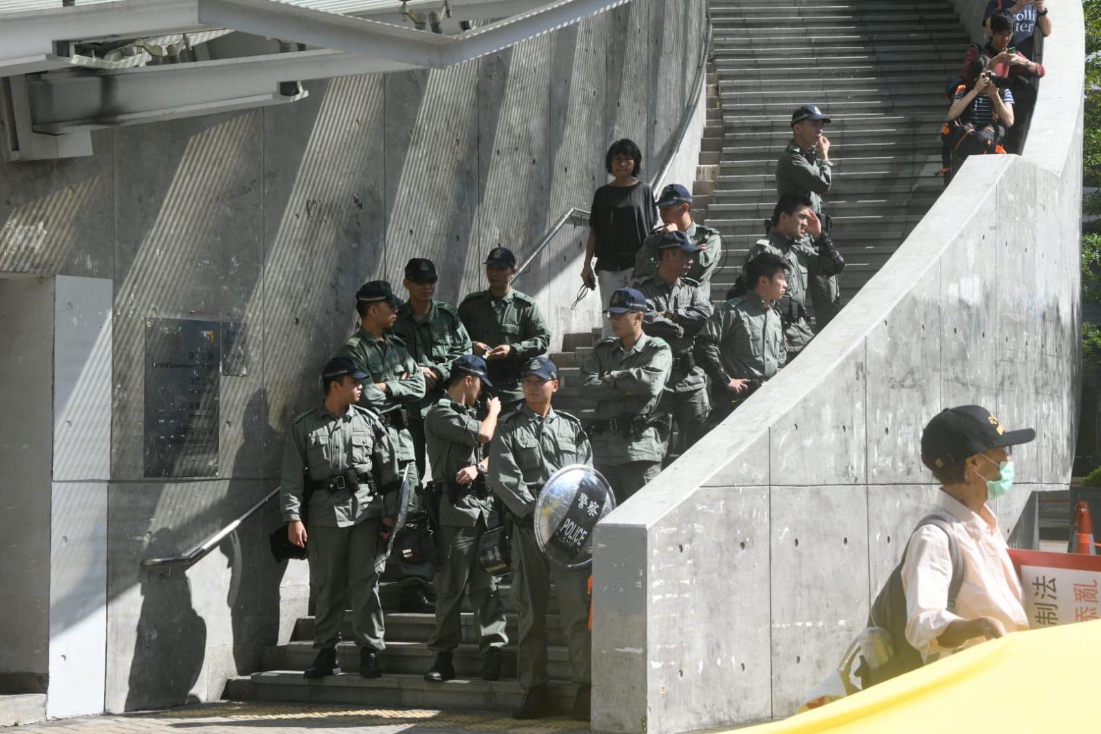 警方在立法會和政總附近一帶嚴密布防。