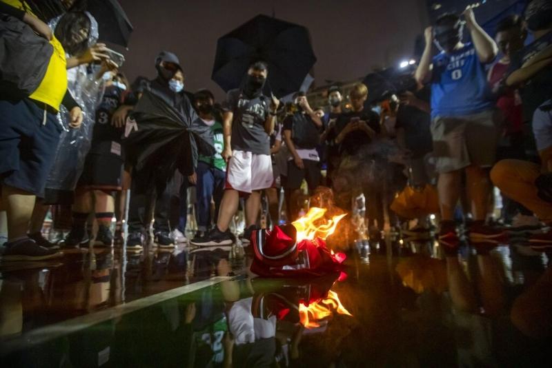 香港抗爭集會上,有球迷焚燒占士球衣,表達不滿。 AP