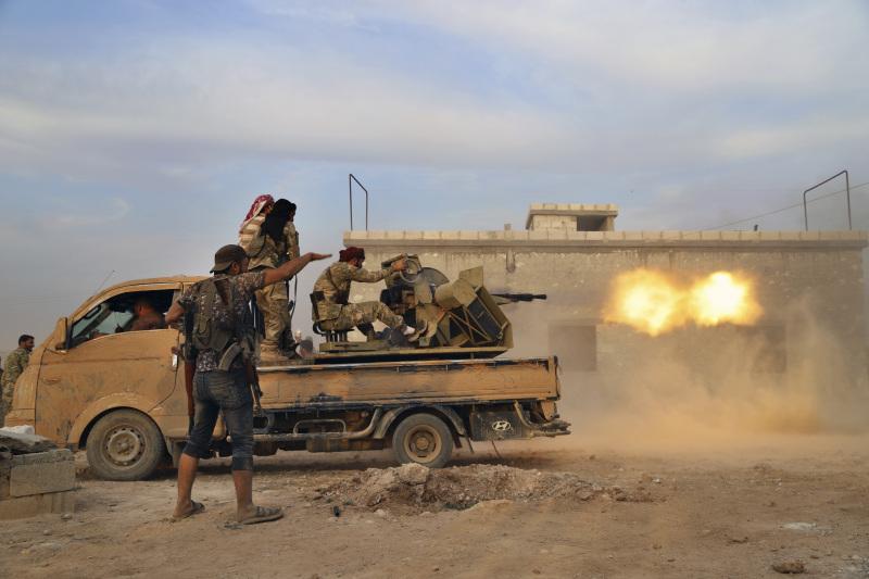 在敘利亞東北部曼比季外圍,獲土耳其支持的敘利亞反對派武裝正集結,準備聯同土耳其軍隊發動攻擊。AP