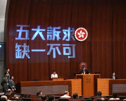 【施政報告】林鄭宣讀報告兩度中斷宣布休會 6泛民議員被逐