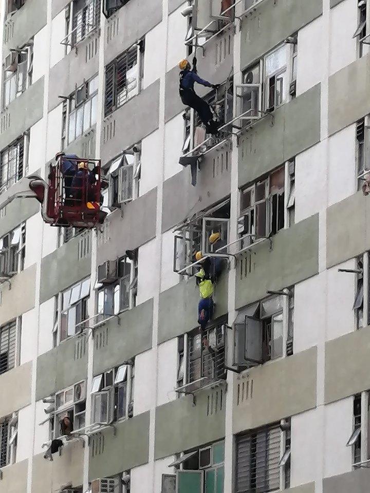 消防員趁機捉實少女的雙手救回安全位置。圖:香港突發事故報料區 網民Kevin Mak