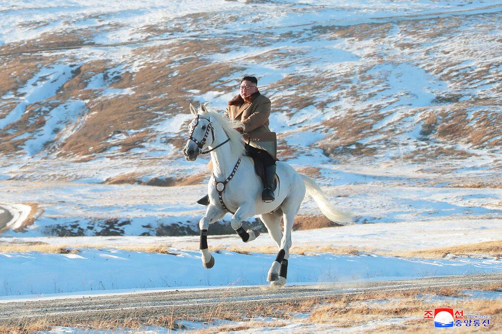 金正恩騎白馬登上白頭山,並前往白頭山附近的三池淵郡建設工地視察。 AP
