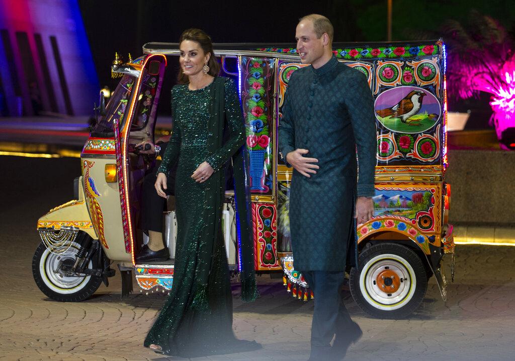 威廉和凯特穿上当地传统服饰,搭乘三轮嘟嘟车赴宴会。