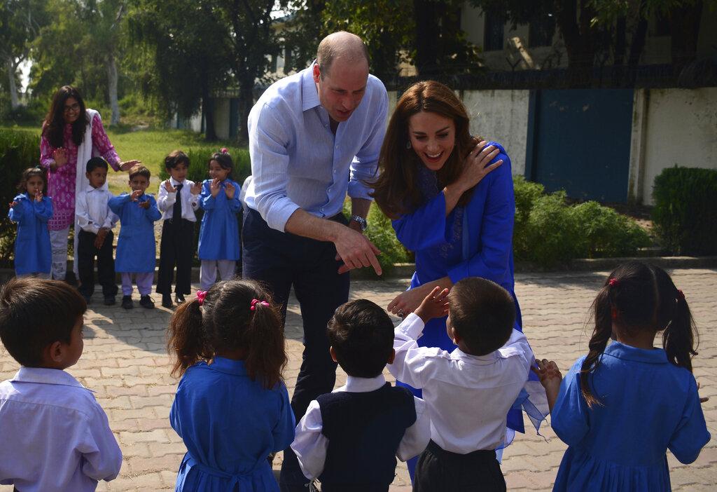 威廉与凯特到访伊斯兰堡一所学校。