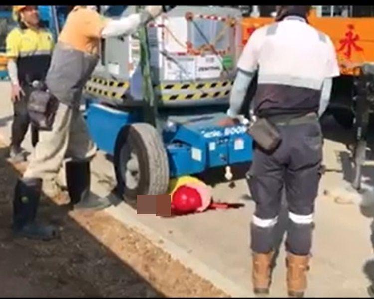 影片可見女工受重傷地下有大攤血跡。香港突發事故報料區 網民Catherine Cheung