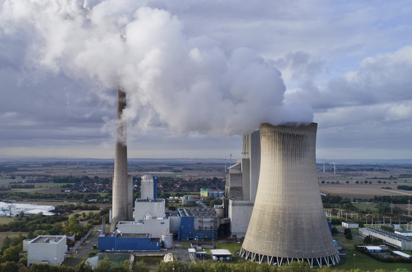 去年人類活動的碳排放量高達37億噸。AP