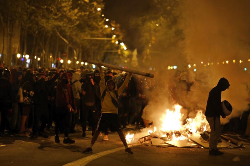 深夜有抗议者在对角线大道放火,以高第建筑等艺文景点着称的巴塞隆纳美丽气氛,开始变得不同。
