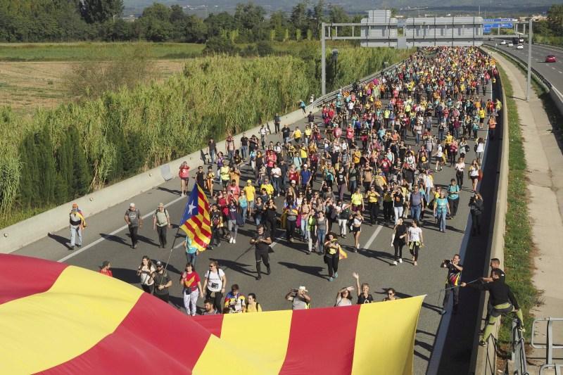 示威者高喊「加泰隆尼亚独立、加泰隆尼亚不属于西班牙」等口号。