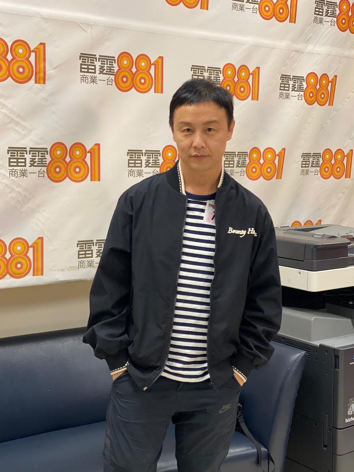 鄭敬基(Joe)到電台接受訪問。