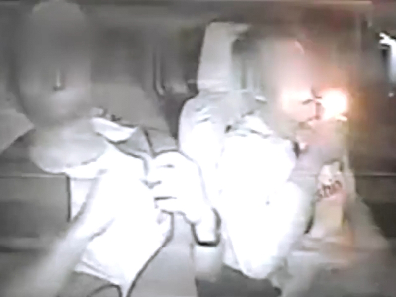 劫匪(左)行劫後淡定遞煙給司機(右),沒想到司機更淡定,接過煙就抽了起來。(網圖)