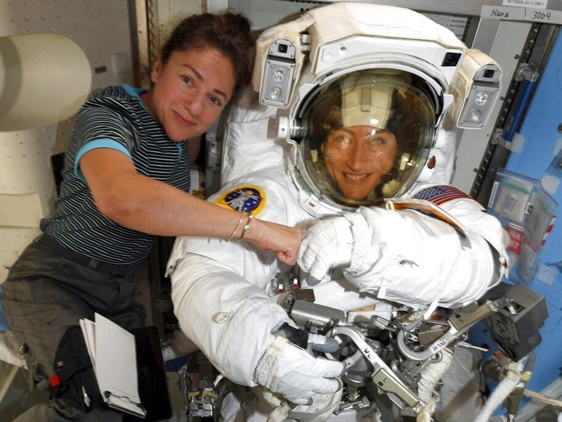 2名女太空人邁爾(左)和科克(右)於周五離開國際太空站。AP