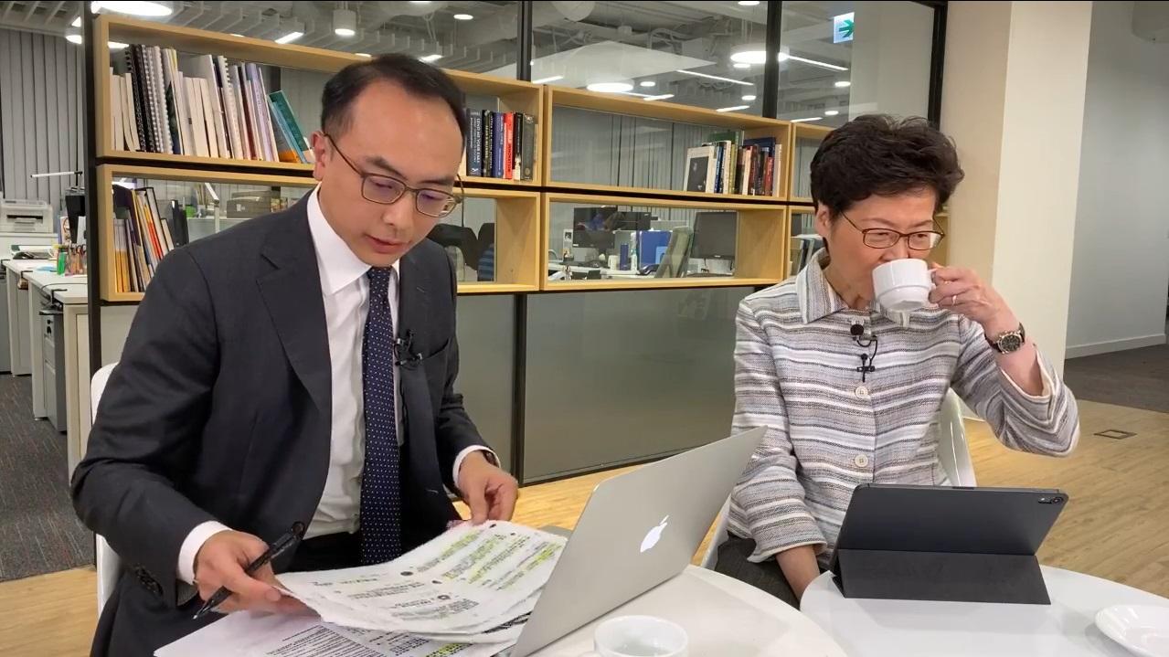 林鄭月娥社交網站直播討論《施政報告》。facebook截圖